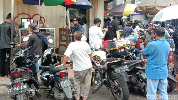 Lapak pedagang kacamata eceran di Jalan ABC, Kota Bandung, ramai didatangi pembeli. Sejumlah warga memilih berbelanja di sana karena harga yang lebih terjangkau