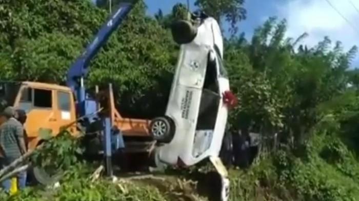 Mobil ambulans dievakuasi usai tergelincir ke parit di Bengkulu