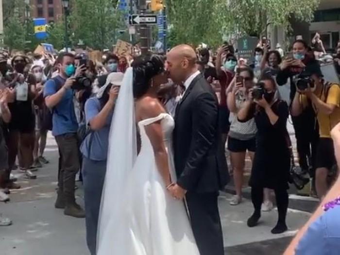 pasangan pengantin ikut demo