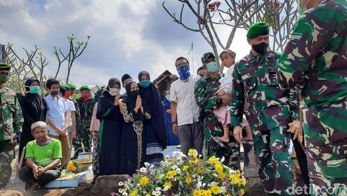 Pemakaman Kapten Fredy korban kecelakaan heli di Kendal di TPU Kolombo, Sleman