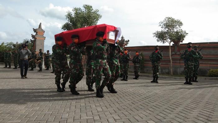 Peti jenazah prajurit TNI AD Kapten Cpn I Kadek Udi Suardiasa ditandu. (Angga Riza/detikcom)