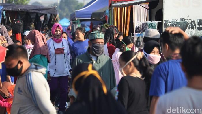 Sejumlah PKL tampak menggelar lapak di pasar kaget yang berada di kawasan Majalaya, Bandung. Beragam produk dijajakan oleh para pedagang di sana.