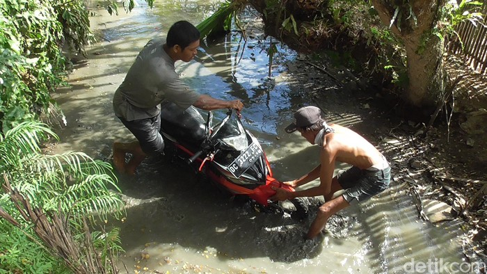 Sepeda motor korban kecelakaan di Polman. (Abdy Febriady/detikcom)