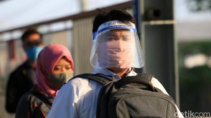 Berbagai cara dilakukan warga agar tidak tertular virus Corona saat beraktivitas di luar atau area publik. Seperti yang dilakukan sejumlah penumpang kereta ini.