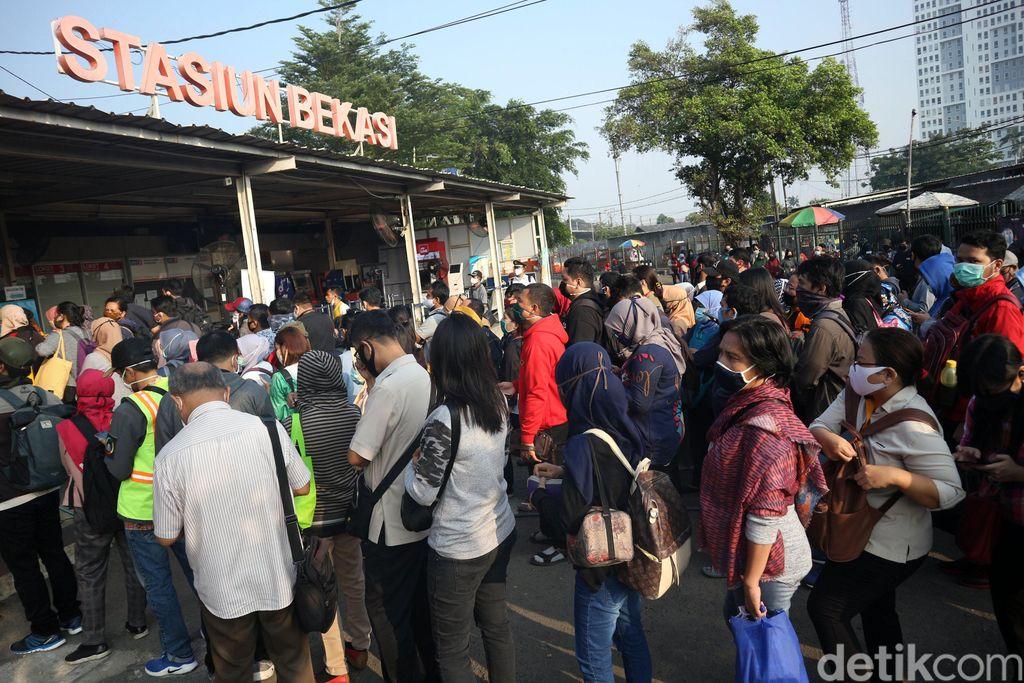 Hampir semua perkantoran di Jakarta mulai hari ini. Akibatnya penumpukan penumpang terjadi di sejumlah stasiun kereta. Salah satunya di Stasiun Bekasi.