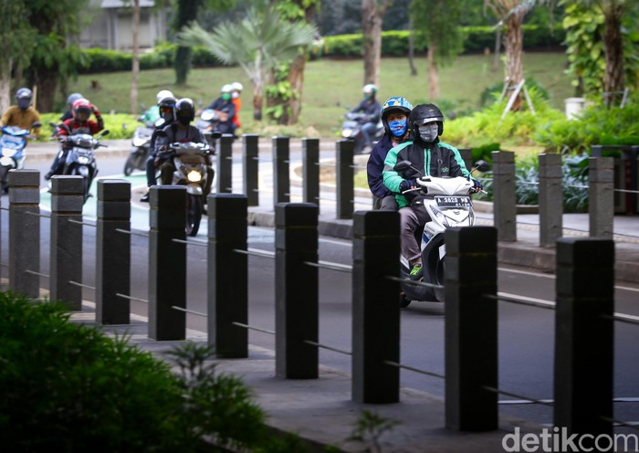 Pemprov DKI Jakarta mengizinkan ojek online kembali mengangkut penumpang. Meski demikian, para driver ojol mengaku masih sedikit waswas tertular Corona.