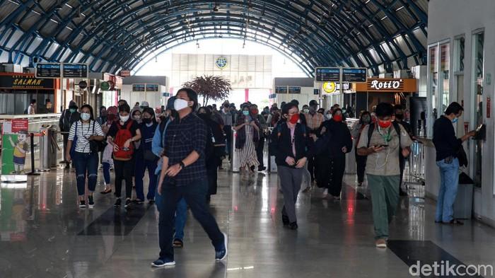 Suasana Stasiun Palmerah, Jakarta Pusat, Senin (8/6/2020) terpantau ramai. Namun tidak terjadi penumpukan penumpang.