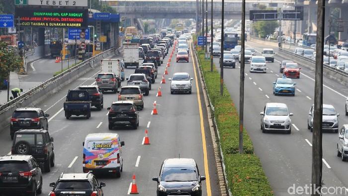 Kemacetan kembali terjadi di Jakarta di saat PSBB transisi. Polda Metro Jaya menerapkan rekayasa contraflow Tol Dalam Kota dari arah Halim ke Semanggi.