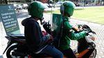 Driver Online Praktikkan New Normal Pakai Sekat Plastik