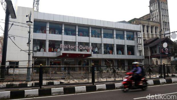 Factory outlet di kawasan Bandung terus merasakan dampak dari pandemi virus Corona. Toko fesyen yang biasanya ramai pengunjung itu kini sepi.