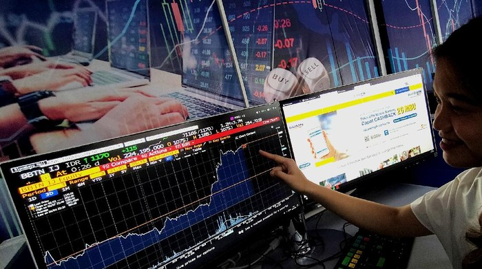 Seorang karyawan sedang melihat pergerakan saham PT Bank Tabungan Negara (Persero) Tbk, di Jakarta, Senin (8/6). Sepanjang sepekan kemarin, emiten bersandi saham BBTN tersebut mencatatkan kenaikan saham sebesar 38,82% dari Rp760 per lembar saham pada pembukaan perdagangan Selasa (2/6) menjadi Rp1.055 pada penutupan perdagangan Jumat (5/6). Analis Mandiri Sekuritas Tjandra Lienandjaja dan Silvony Gathrie menjelaskan bisnis BTN di segmen KPR Subsidi masih akan terus tumbuh di tengah pandemi Covid-19 didukung oleh cadangan keuangan yang kuat disamping  adanya tambahan kuota Subsidi Selisih Bunga (SSB) dari Pemerintah. Disamping itu bakal beroperasinya BP Tapera setelah Presiden Joko Widodo menandatangani PP bakal berdampak positif bagi kinerja Bank BTN.