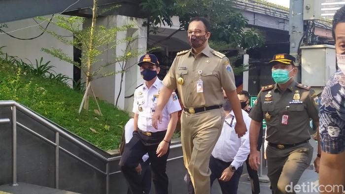 Gubernur DKI Jakarta Anies Baswedan memantau situasi di Stasiun Sudirman-MRT Dukuh Atas