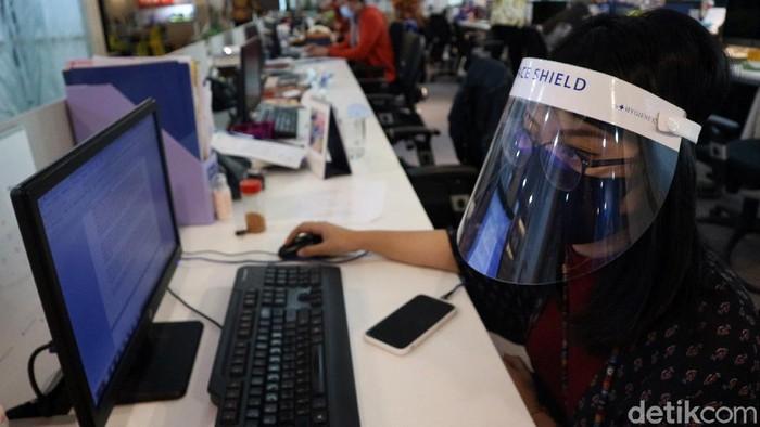 Sejumlah pegawai kembali bekerja di kantor usai sebelumnya bekerja dari rumah. Guna cegah virus Corona para pegawai pakai face shield hingga masker saat bekerja