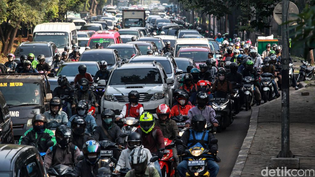 Arus lalu lintas di Jakarta mulai ramai memasuki masa transisi pembatasan sosial berskala besar (PSBB) pekan kedua, Senin (8/6/2020). Pantauan detikcom, Senin (8/6/2020) sekitar pukul 08.30 WIB, kemacetan terjadi di TB Simatupang Lebak Bulus mengarah ke Bundaran Pondok Indah.