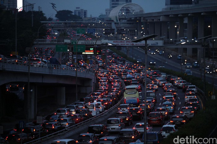 Kemacetan terlihat di ruas jalan ibu kota. Meningkatnya volume kendaraan itu karena sejumlah pegawai telah kembali bekerja di kantor di masa PSBB transisi.