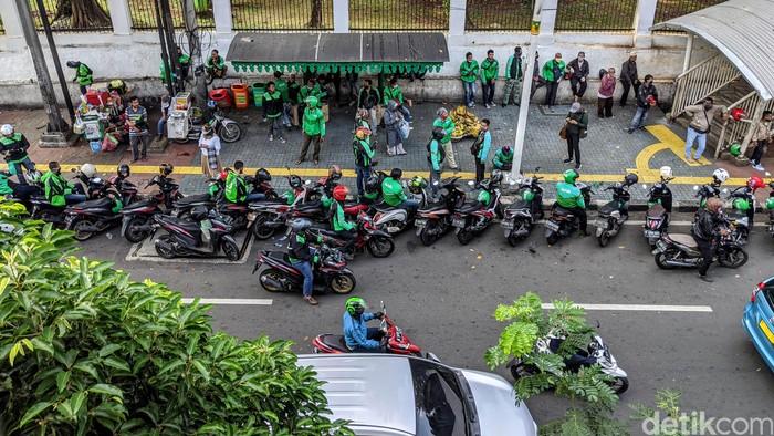 Pemprov DKI Jakarta telah mengijinkan Ojol untuk kembali manrik penumpang. Hari ini, ojek online mulai terlihat di mana-mana, di sejumlah bahu jalan.