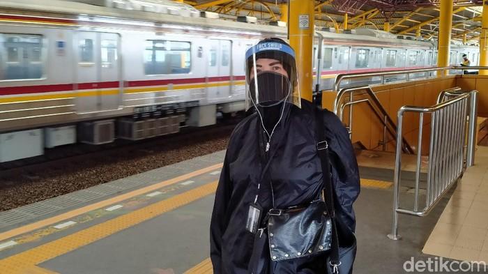 Pakai face shield dan baju parasut di KRL