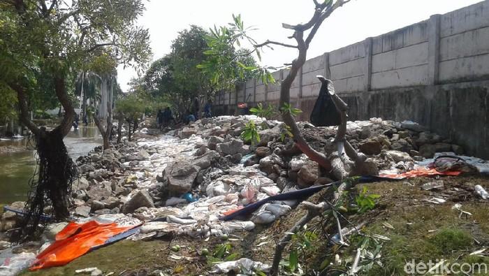 Pembersihan tanggul di Kompleks Pantai Mutiara (Muhammad Ilman Nafian/detikcom)