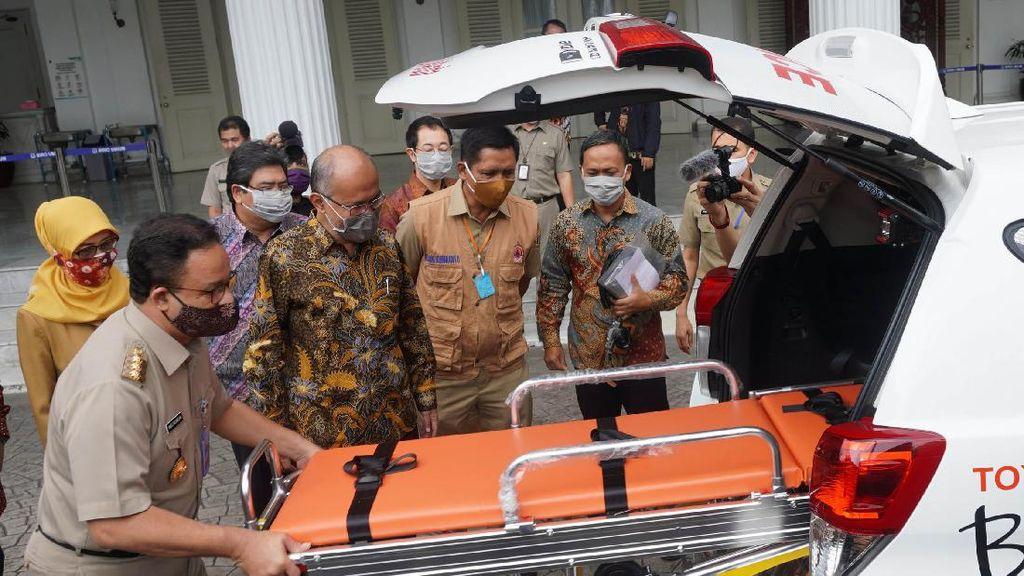 Anies Cek Ambulans untuk Penanganan COVID-19