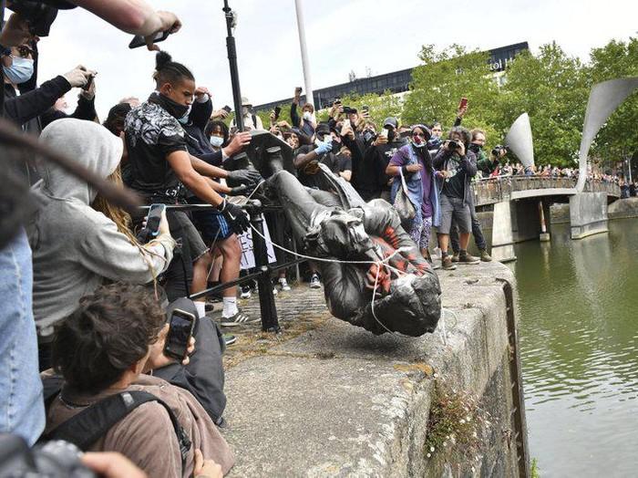 Pendemo Black Lives Matter robohkan patung Edward Colston