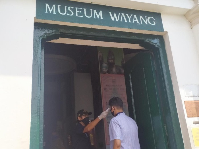 Pengunjung museum di kawasan Kota Tua dicek suhu tubuh sebelum masuk ke area museum