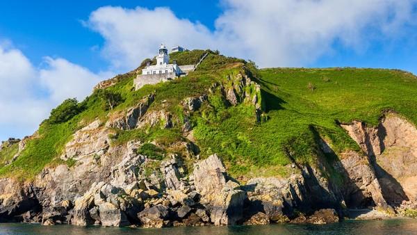 Lokasinya ada di pulau Sark yang masuk dalam gugusan Kepulauan Channel, Inggris. Luas pulau ini hanya 5,4 kilometer persegi dengan penduduk kurang dari 500 orang. (Getty Images/iStockphoto/Allard1)