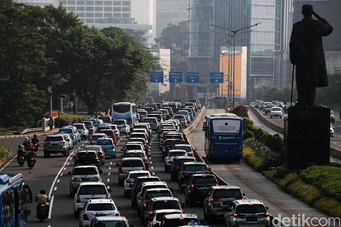 Memasuki masa transisi PSBB pekan kedua, perkantoran di Jakarta mulai dibuka, Senin (8//6/2020). Arus lalu lintas di Jalan Jenderal Sudirman terpantau padat.