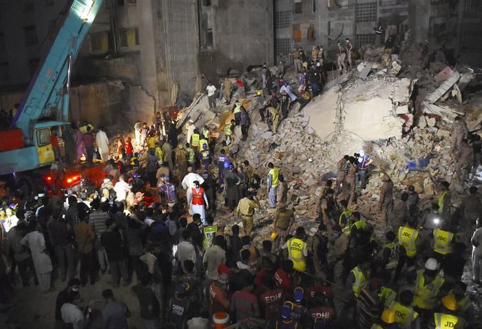 Sebuah bangunan lima lantai yang diketahui merupakan apartemen roboh di Pakistan. Sedikitnya satu orang tewas akibat insiden tersebut.