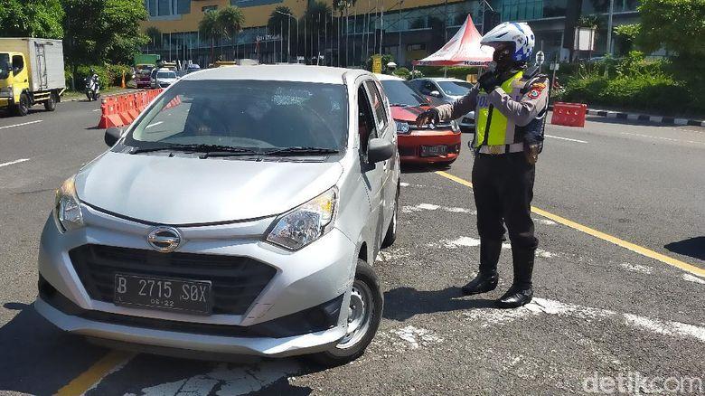 Di hari terakhir PSBB Surabaya jilid 3, pemeriksaan protokol kesehatan di check point Budaran Waru diperketat. Puluhan kendaraan roda empat yang mau masuk Surabaya putar balik.