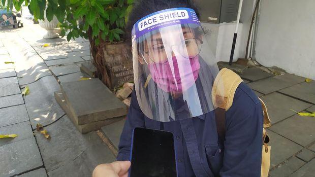 Seorang warga yang datang ke Museum Kota Tua menggunakan face shield