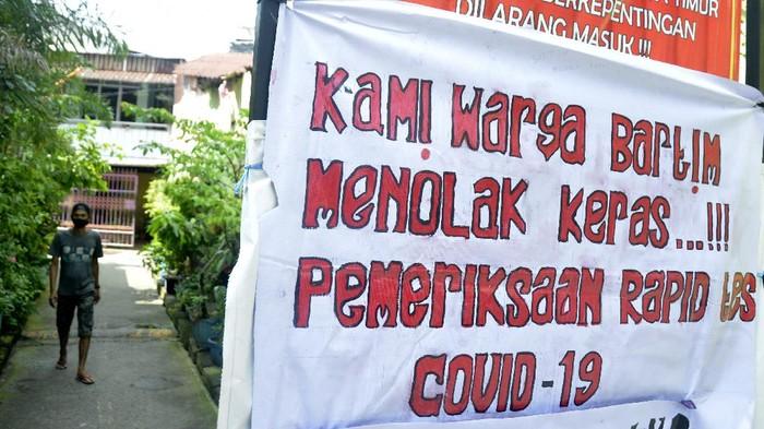 Warga Makassar memasang spanduk berisi penolakan mengikuti rapid test massal. Pasalnya mereka khawatir pada tingkat akurasi hasil rapid test tersebut.