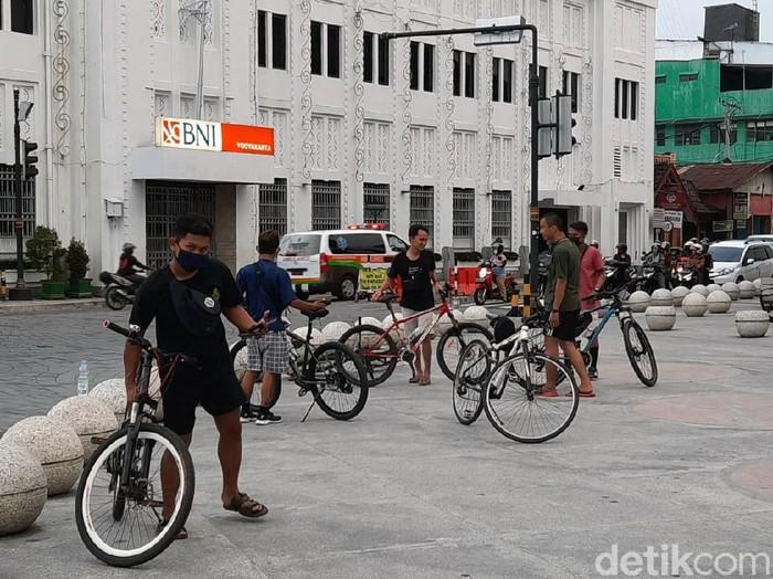Kawasan Titik Nol Kilometer Yogyakarta tampak ramai oleh warga. Tak sedikit warga yang datang untuk sekadar duduk-duduk atau bersepeda di sana.