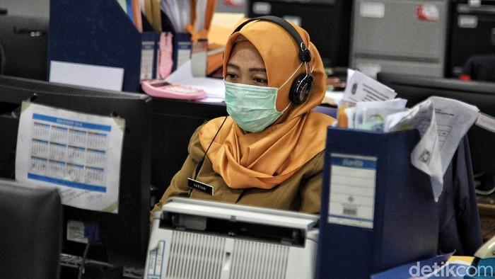 Para PNS di lingkungan Pemkot Jakarta Utara kembali beraktivitas di masa PSBB transisi. PNS yang masuk kantor hanya 50 persen, sisanya tetap bekerja dari rumah.