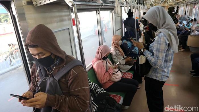 Pihak Comuter Line menerapkan physical distancing di gerbong kereta. Para penumpang harus menjaga jarak satu dengan lainnya.