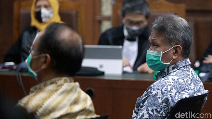 Dua terdakwa kasus korupsi kondensat migas PT TPPI senilai Rp 37,8 T dituntut hukuman 12 tahun bui. Tak hanya itu, keduanya diwajibkan bayar denda Rp 1 miliar.