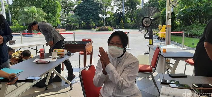Surabaya akan mengetatkan penerapan protokol kesehatan jika PSBB tidak diperpanjang. Wali Kota Surabaya Tri Rismaharini tak ingin kasus Corona meroket setelah PSBB Surabaya disudahi.