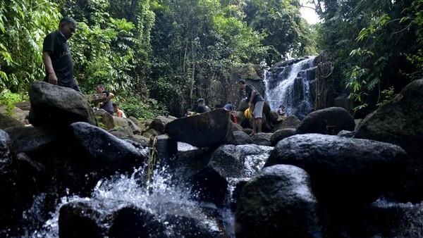 Warga menikmati suasana wisata air terjun Taipa di Kecamatan Tompobulu, Kabupaten Maros, Sulawesi Selatan, Minggu (7/6/2020). Air terjun Taipa menjadi salah satu destinasi wisata alam bebas yang dikelola oleh warga setempat dan ramai dikunjungi saat hari libur. (ANTARA FOTO/Abriawan Abhe/foc)