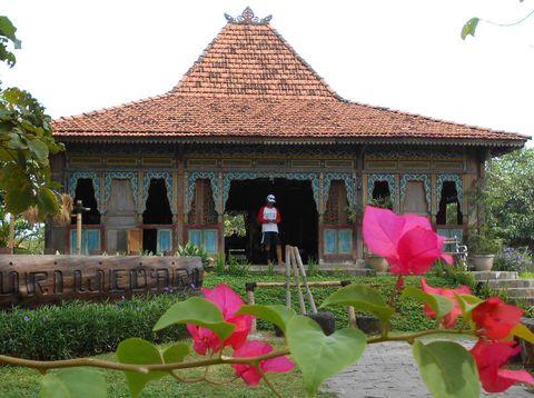 Warga mengunjungi lokasi wisata Rumah Joglo Puri Wedari di Setia Asih, Tarumajaya, Kabupaten Bekasi, Jawa Barat, Sabtu (6/6/2020). Rumah Joglo tersebut didirikan untuk mengobati kerinduan warga perantau asal Jogjakarta terhadap kampung halaman dan saat ini menjadi objek wisata bagi warga sekitar dengan tarif masuk sebesar Rp15 ribu per orang. ANTARA FOTO/Suwandy/wsj.