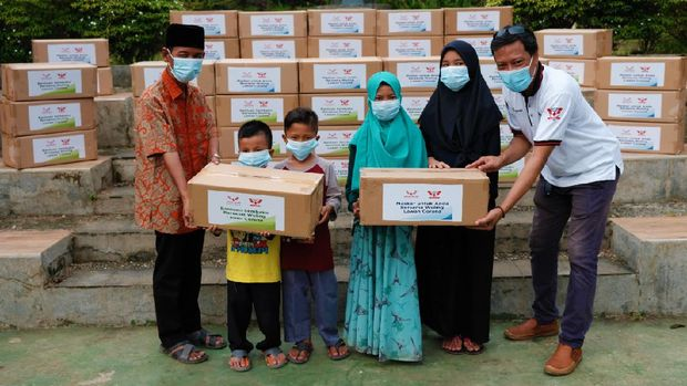 Wuling Club Indonesia (WLCI) beri bantuan masker.