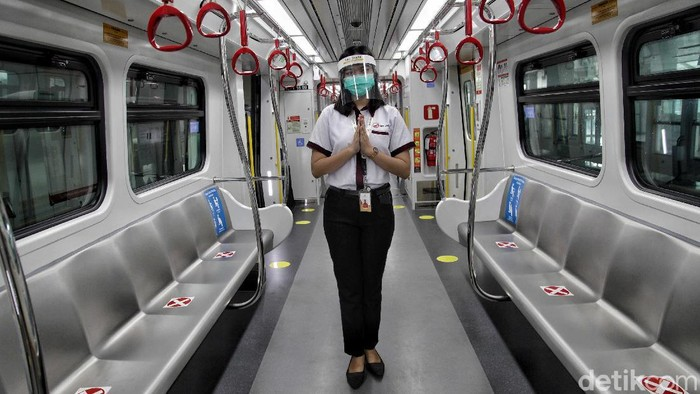 Pemprov DKI Jakarta terapkan PSBB transisi di bulan Juni ini. Guna antisipasi COVID-19, protokol kesehatan pun diterapkan di ruang publik, salah satunya di LRT.