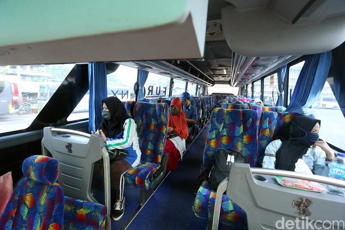 Terminal Kota Bekasi kembali beroperasi melayani perjalanan bus antarkota antarprovinsi (AKAP). Seperti yang terlihat di Terminal Kota Bekasi, semua penumpang yang naik bus ke luar kota tersebut harus menerapkan protokol kesehatan.