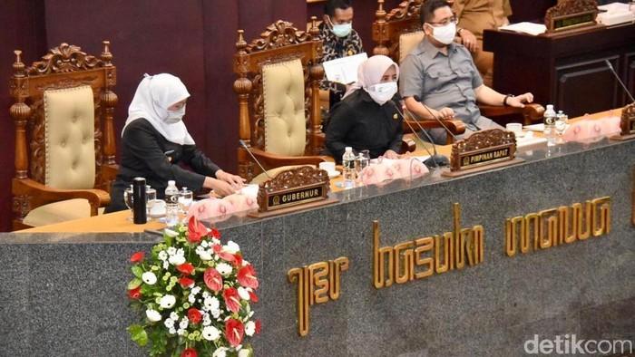 Gubernur khofifah paripurna di DPRD Jatim
