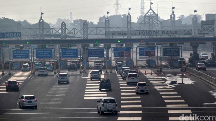 Hari Kedua Masa transisi psbb, pantauan arus lalin lintas di gerbang tol Pondok Ranji terpantau ramai lancar, Selasa (9/6/2020). Gerbang tol ini menghubungkan antara kawasan Serpong atau Bintaro menuju Jakarta.