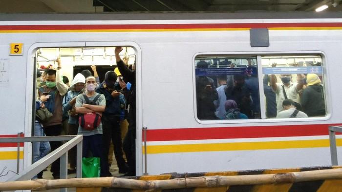 KRL tujuan Bogor di Stasiun Manggarai padat penumpang sore ini