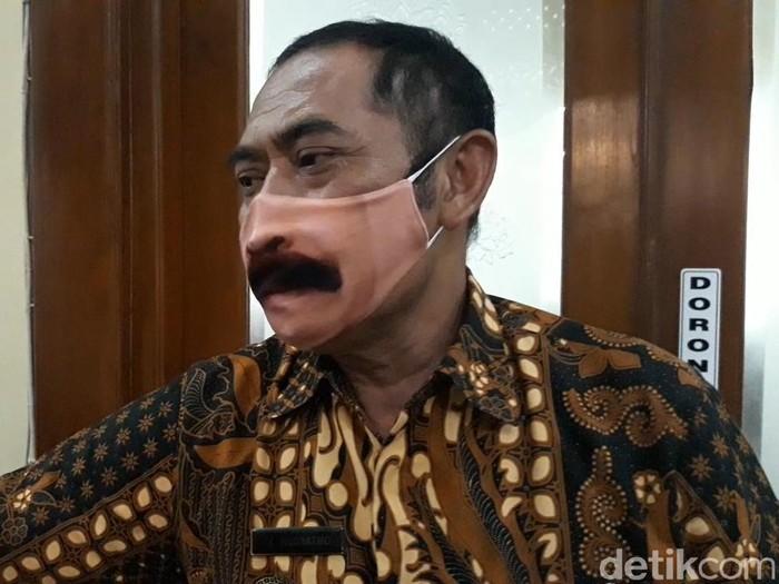 Masker kumis Walkot Solo, FX Hadi Rudyatmo, Selasa (9/6/2020).
