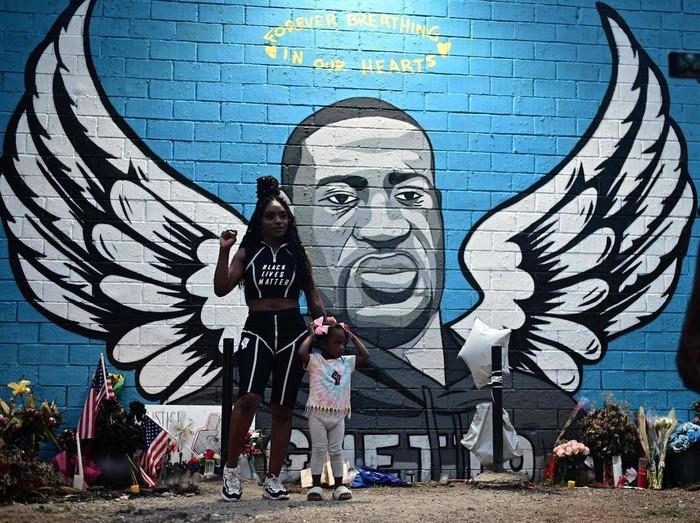 Mural penghormatan untuk George Floyd (AFP/JOHANNES EISELE)