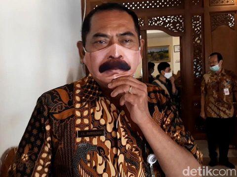 Wali Kota Solo, FX Hadi Rudyatmo, kembali menarik perhatian warganet. Kali ini Rudy bikin heboh karena kenakan masker bergambar kumis yang mirip dengan wajahnya
