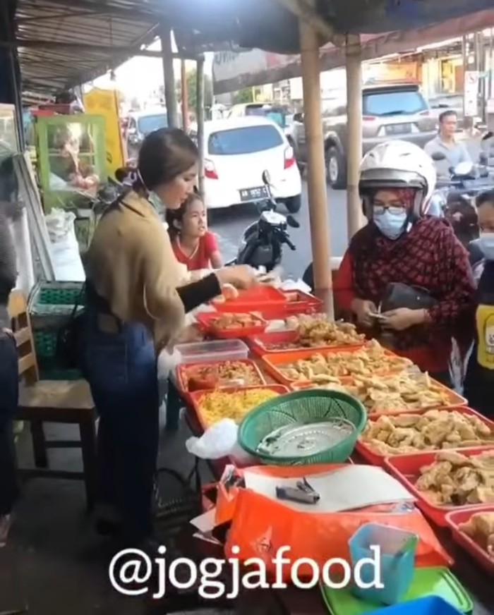 Penjual gorengan cantik di Yogyakarta
