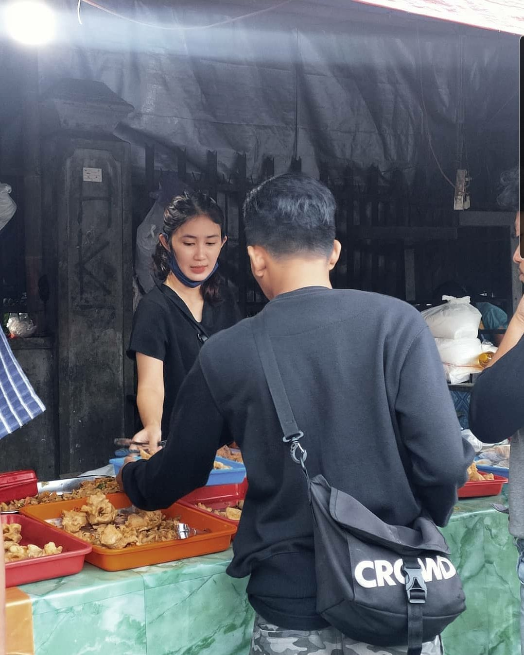 Penjual gorengan cantik