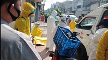 Petugas Ber-APD Evakuasi Pemotor Meninggal di Bandung
